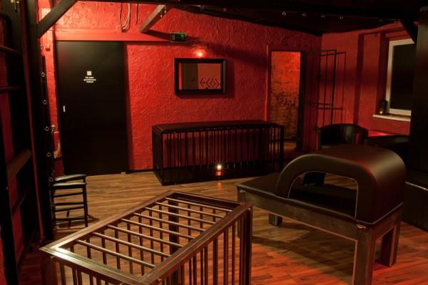 BDSM-Lounge-rot0158ae26fbc9935